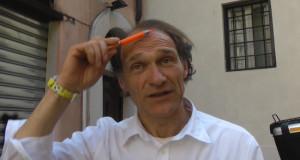 L'uomo con la penna inquadrato dietro i politici