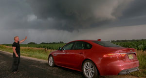 A caccia di tornado a bordo di una Jaguar XF