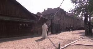 Papa Prancesco visita Auschwitz e incontra i supersiti dello sterminio