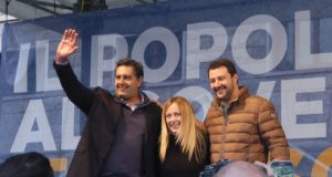 Giovanni Toti, Giorgia Meloni e Matteo Salvini in piazza a Roma